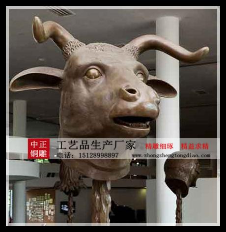 在街头一群雕塑精致、形象生动的『十二生肖兽首銅雕塑』吸引来往行人的目光。